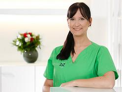 Sina Gundlach ist ausgebildete Zahnmedizinische Fachangestellte und in unserer Praxis für den Bereich Behandlungsassistenz bei den Zahnärzten Dr. Klotz, Kreutz und Natorp zuständig.