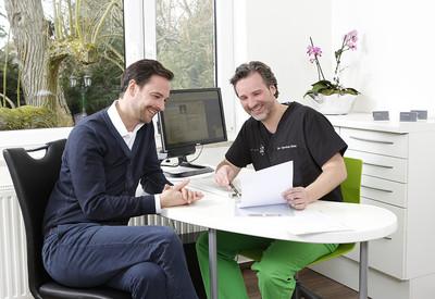 Dr. Carsten Rien im Gespräch mit einem Patienten