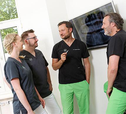 Oralchirurgie, Zahnarzt Dr. Stephan Klotz im Gespräch mit Kollegen